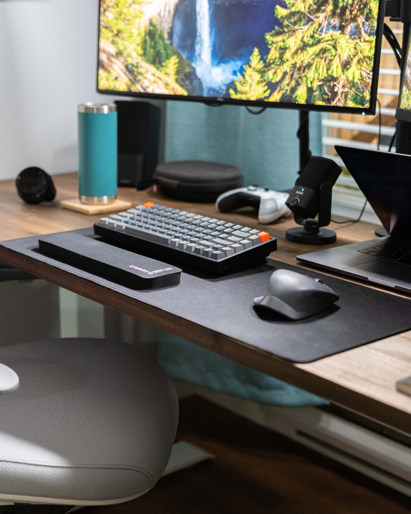 Keychron K2 keyboard, RØDE NT-USB-Mini microphone, Logitech MX Master 2S mouse